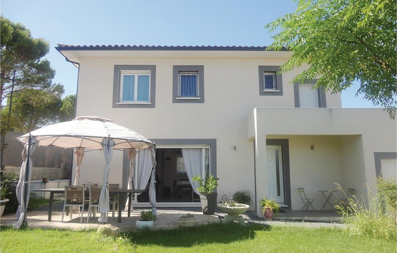 Nice home in Abeilhan with Outdoor swimming pool, WiFi and Outdoor swimming pool, holiday rental in Roujan