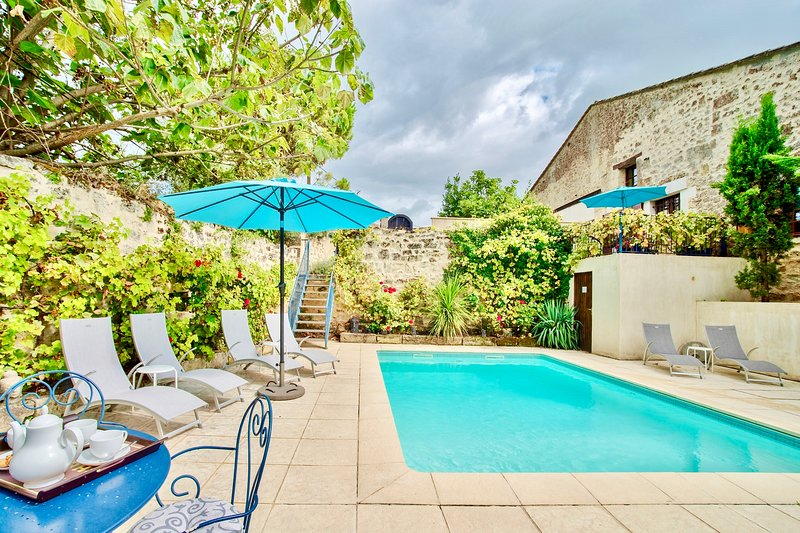 VINE COTTAGE WITH POOL AN HOUR FROM BORDEAUX & BERGERAC AIRPORTS, location de vacances à Saint-Emilion
