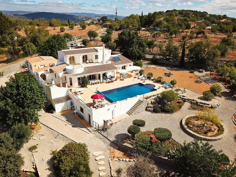 Fantastic luxurious villa with stunning country & sea views in region Faro, location de vacances à Sao Bras de Alportel