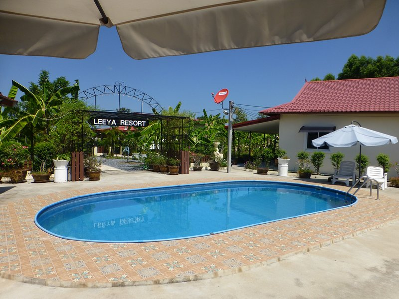 Private 2 bedroom villa with Swimming pool Tropical gardens Fast Wifi smart Tv, aluguéis de temporada em Nong Khai