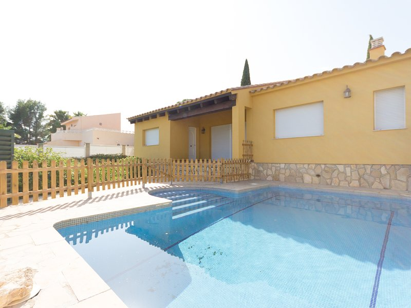 FAMILY PRIVATE VILLA WITH SWIMING-POOL, BBQ AND WIFI_TORD I, alquiler vacacional en Benissanet
