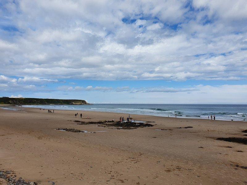 Visite a praia de Cullen, a uma curta distância