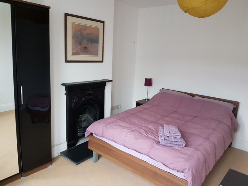 Comfortable double by Gloucester Road, holiday rental in Cribbs Causeway