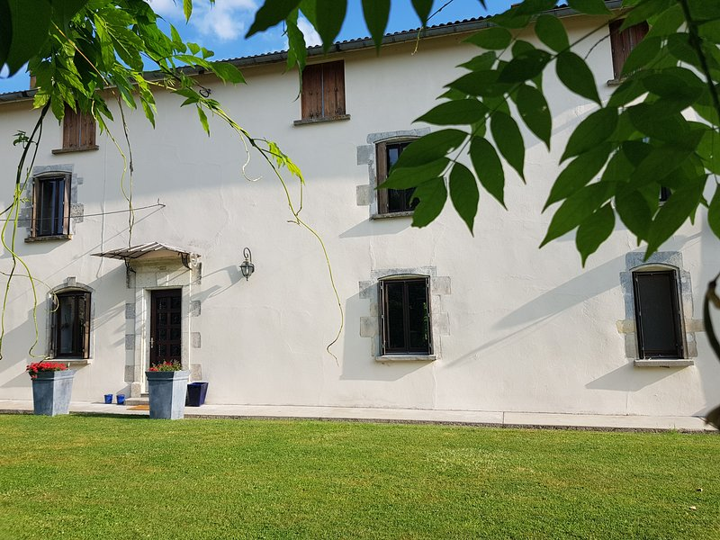 Le Vieux Couvent in the small village of Deviat , South Charente, France., holiday rental in Montmoreau-Saint-Cybard