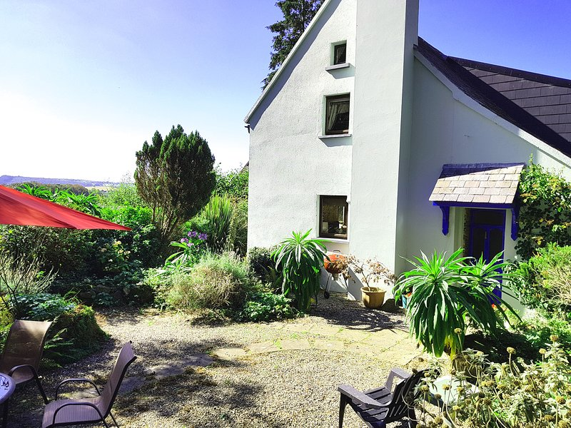 Granary Cottage, all modern conveniences and countryside views., vacation rental in Ballilogue
