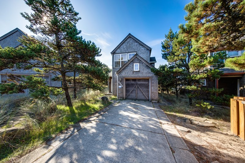 Dog-friendly modern house with beach access within walking distance, vacation rental in Pacific City