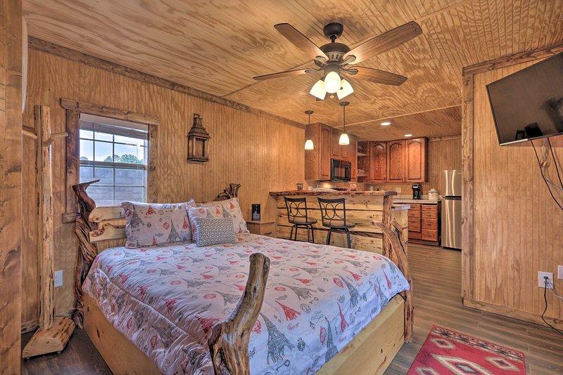 Pet-Friendly Cabin, 3 Mi to Show Low Lake!, casa vacanza a Show Low