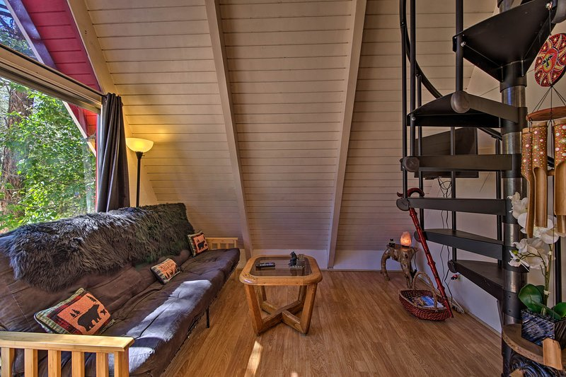 One-Of-A-Kind Couple's Getaway: Big Bear A-Frame!, alquiler de vacaciones en Sugarloaf