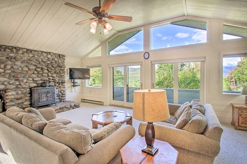 House w/ Balcony - 5 ½ Miles to Cranmore Resort!, location de vacances à Glen
