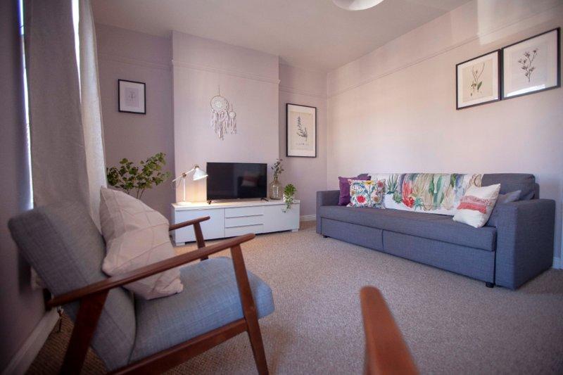 Sunny duplex apartment in fashionable area, location de vacances à Wythenshawe
