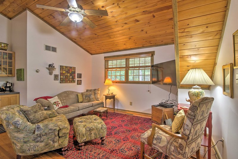 Couples Cabin - 5 Mi to DT Berkeley Springs!, vacation rental in Berkeley Springs