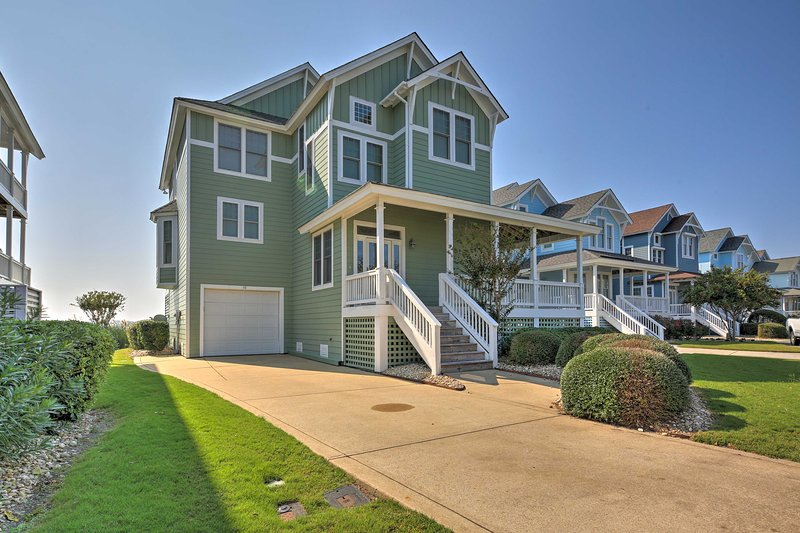Manteo Waterfront Resort Home w/ 30-Ft Dock!, aluguéis de temporada em Roanoke Island