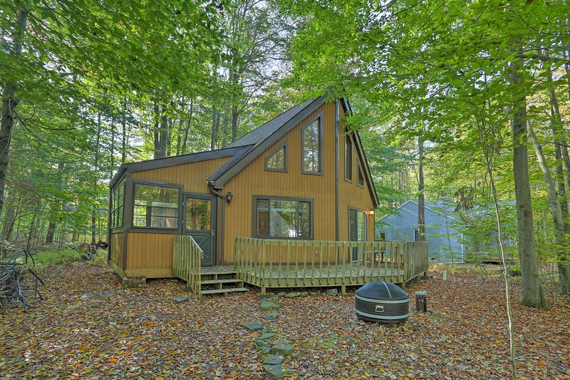 This A-Frame Pocono Lake vacation rental has room for 11!