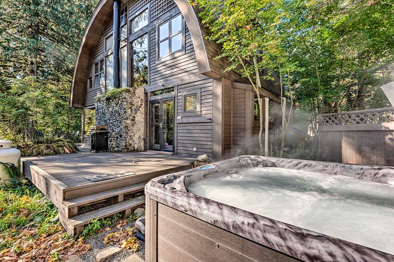 Riverfront Cabin w/Hot Tub on the Skykomish River!, alquiler vacacional en Baring