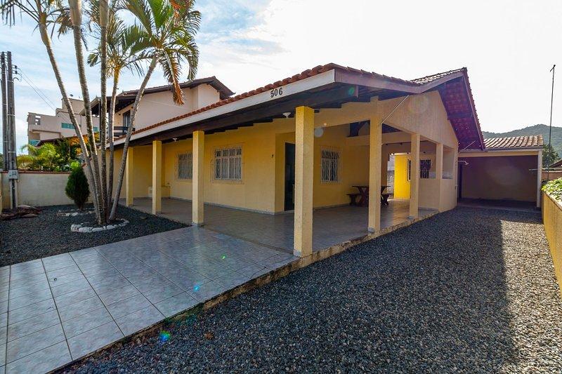 Aluguel Casa 2 Quartos para 10 Pessoas Bombas/SC, holiday rental in Bombinhas