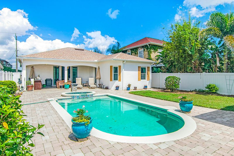 Manicured home & pool house w/ private pool & spa - steps to ocean beach!, location de vacances à Edgewater