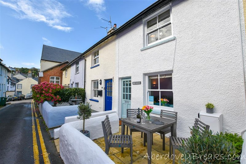 Shorties Lighthouse -  Traditional Welsh 2 Bedroom Fishermans Cottage Sleeping 4, holiday rental in Aberdovey