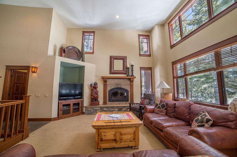Living Room,Room,Indoors,Flooring,Furniture