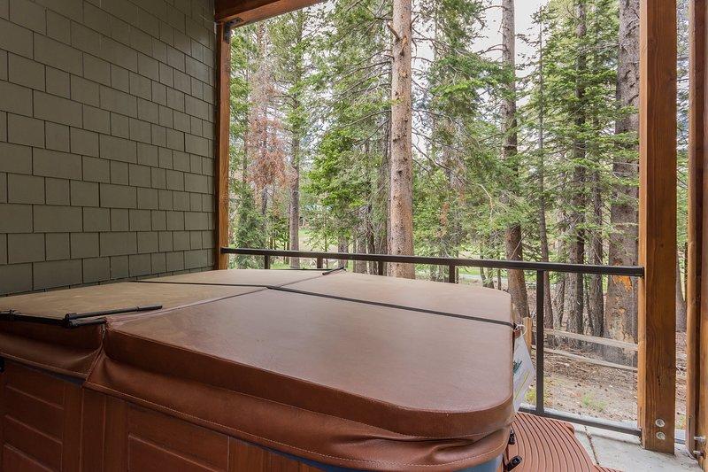 Furniture,Tub,Jacuzzi,Hot Tub,Table