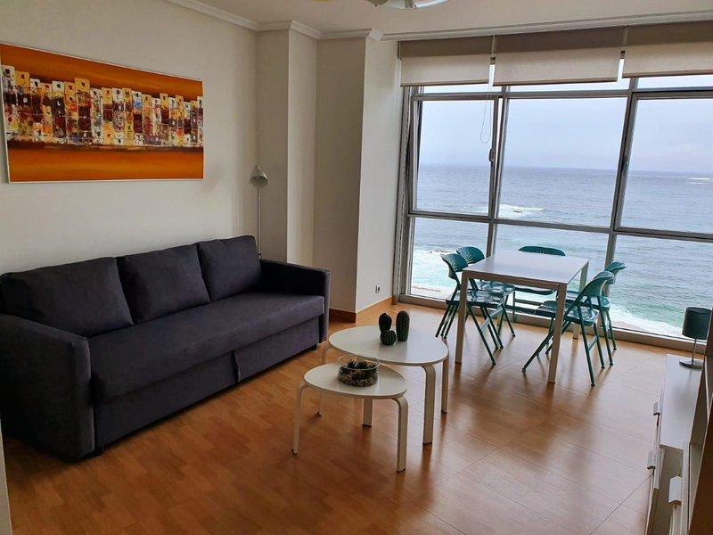 BONITO APARTAMENTO FRENTE A LA PLAYA DE RIAZOR, holiday rental in Cabreira