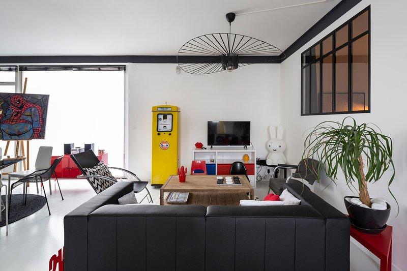 Le 32 - Loft Pop Art - 3 chambres avec parking privé, holiday rental in Liffre