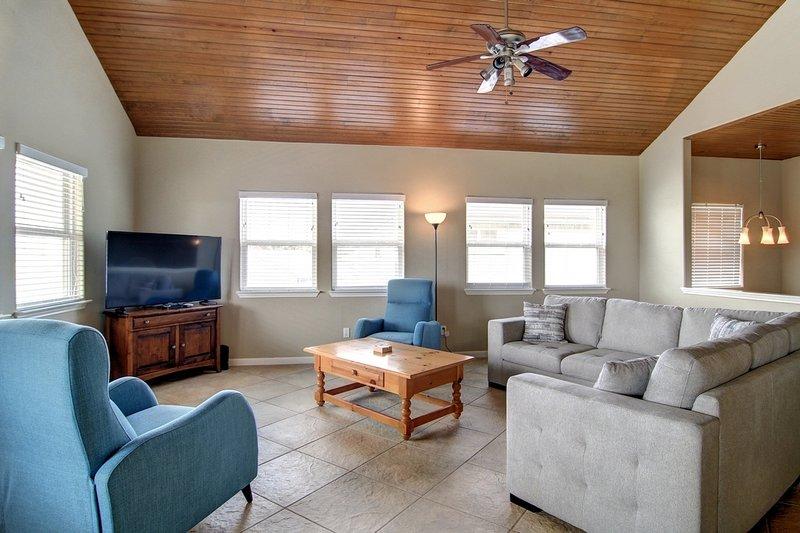 Ceiling Fan,Furniture,Screen,Table,Chair