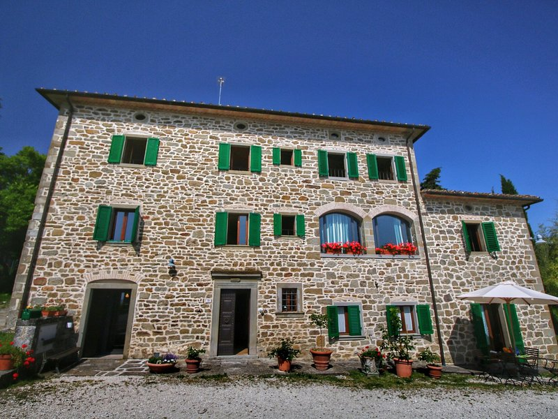 Apartment in old farmhouse with authentic atmosphere in property with swimming p, aluguéis de temporada em Caprese Michelangelo
