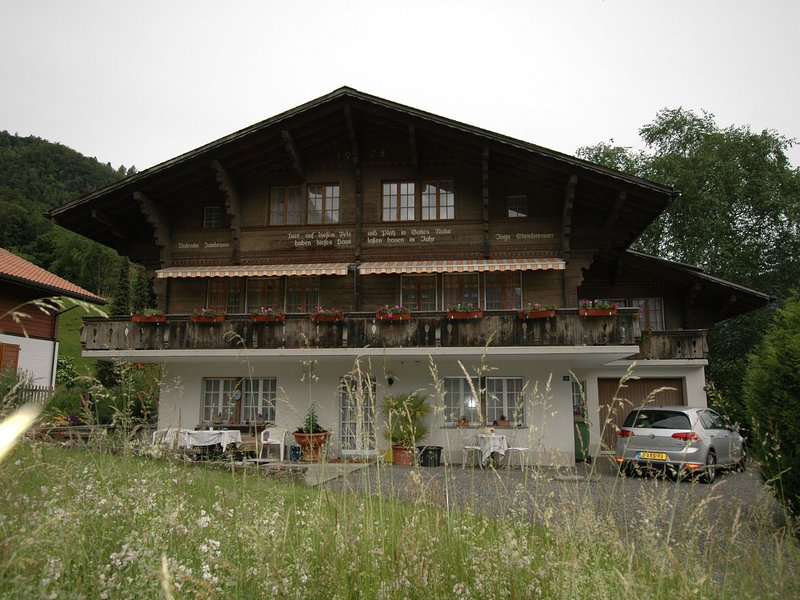 Pristine home in a charming village, large grassy sunbathing area, view of the M, location de vacances à Gsteigwiler