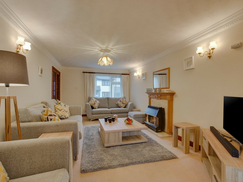 Cosy cottage in Padstow with gas fireplace and a nice garden with terrace, holiday rental in Treator