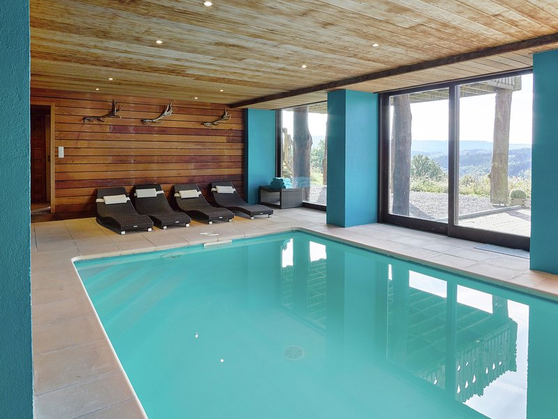 Luxurious detached holiday home with indoor swimming pool, sauna, pool table, an, location de vacances à La Gleize