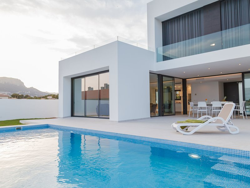 Luxurious Villa in Calpe with Private Swimming Pool, holiday rental in La Llobella