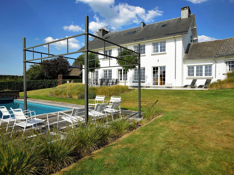 Spacious villa with private pool and stunning panoramic views, vacation rental in Limbourg