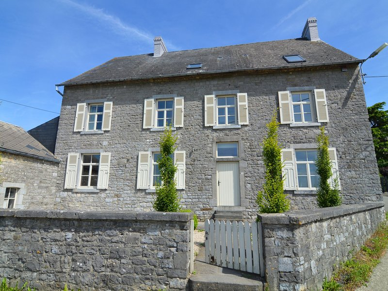 Charming holiday home for families with fireplace located near Dinant, vacation rental in Soulme