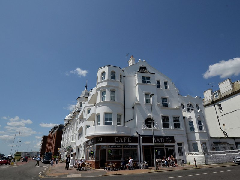 Panoramic Apartment in Bexhill Kent with Balcony, location de vacances à Ninfield