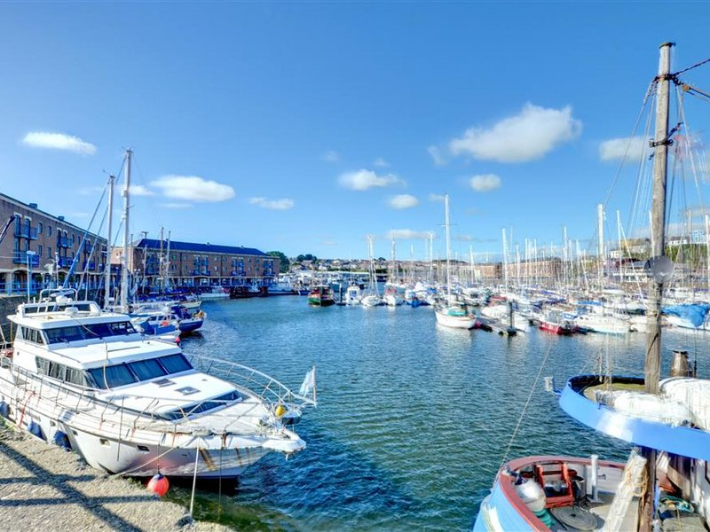 Modern  Holiday Home  in Milford Haven with Balcony, holiday rental in Castlemartin