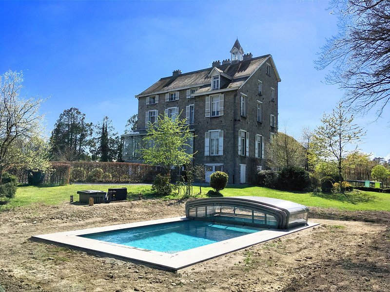 Beautiful manor house in a park near Rochefort and Han-sur-Lesse, holiday rental in Resteigne