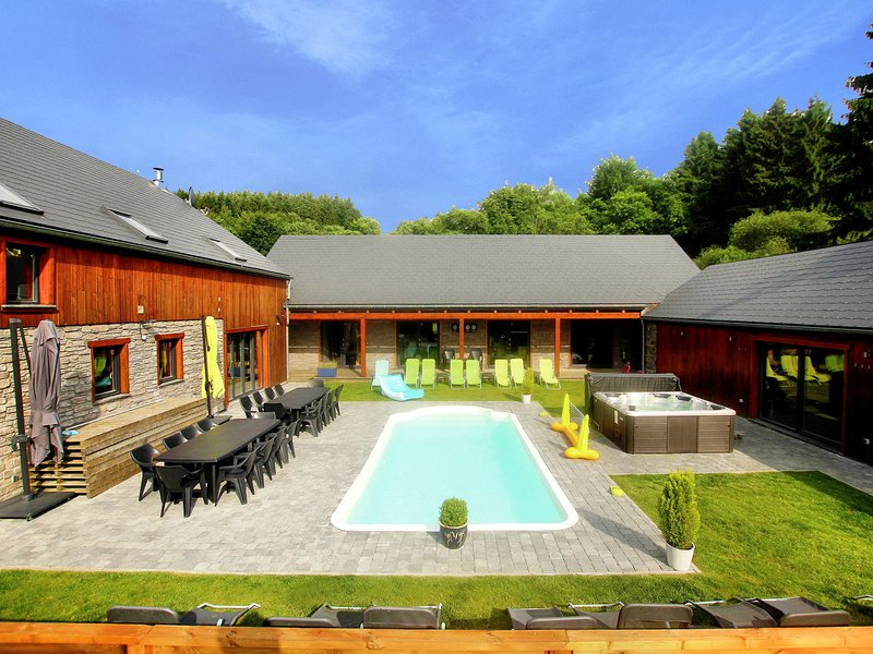 Beautiful villa with heated outdoor pool, sauna and jacuzzi at a large forest, holiday rental in Manhay