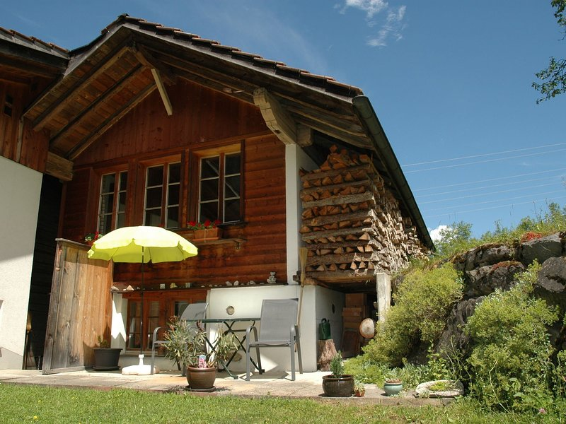 Cozy Holiday Home in Kandergrund with Blümlisalp View, holiday rental in Achsete