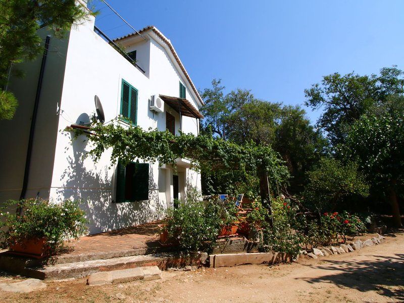 Spacious villa in Calabria with shared pool, alquiler vacacional en Torre Marino