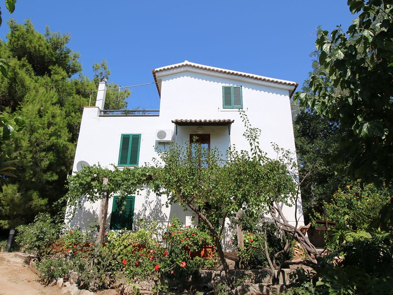 Beautiful villa is situated along one of the most charming coast-lines, vakantiewoning in Brattiro