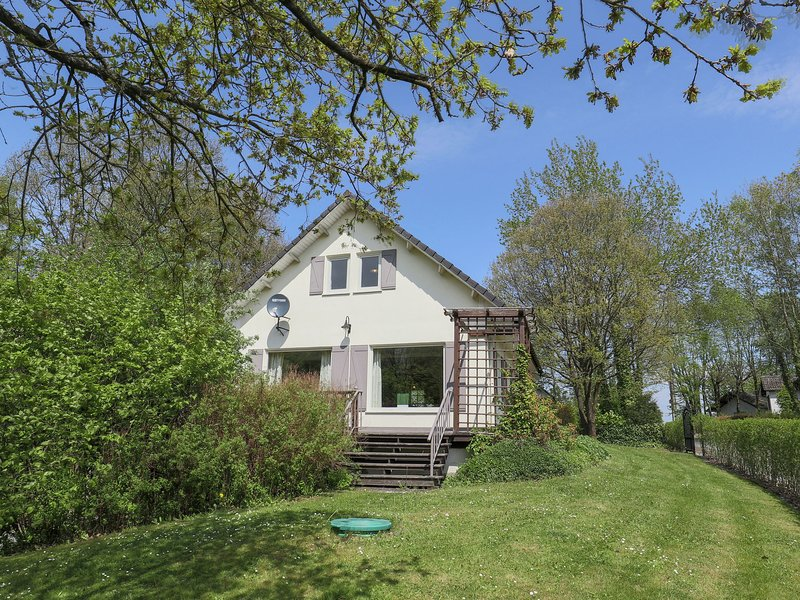 Detached villa with a large garden and terrace right in the Ardennes, vacation rental in Marcourt