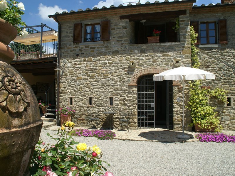 Luxurious, cozy apartment with pool near Cortona in Tuscany versatile, holiday rental in Montalla