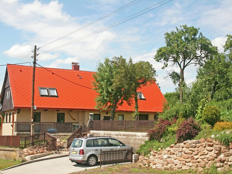 Authentic holiday home with garden and Wi-Fi, in interesting area near Trutnov, holiday rental in Broumov