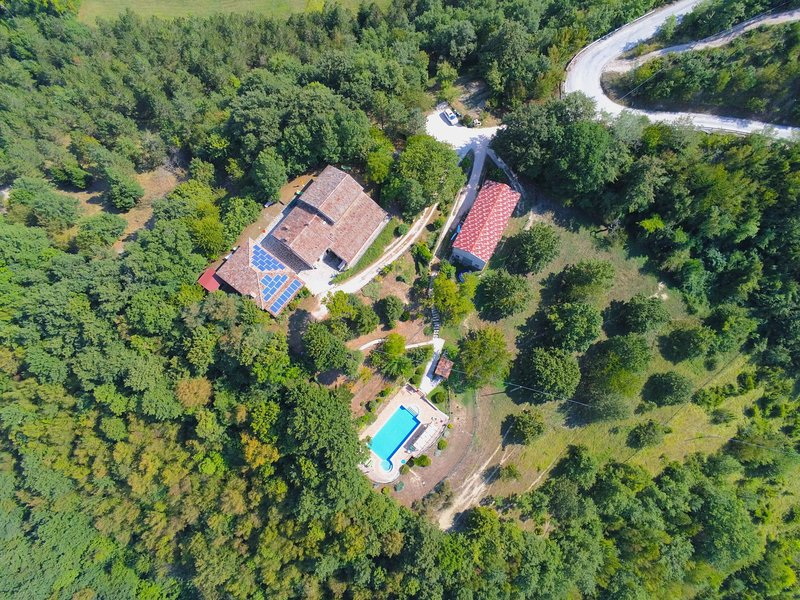 Country house in Marche with garden and forest views, location de vacances à Serravalle di Carda