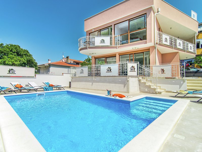 Modern villa with private pool and jacuzzi, center and beach within walking dist, holiday rental in Novigrad