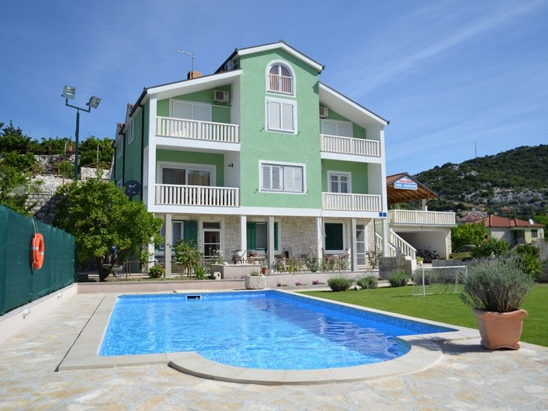 Cozy Villa with Shared Pool in Ploce, holiday rental in Bacina
