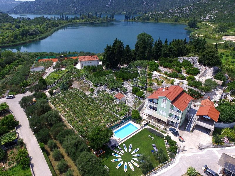 Amazing villa with with 5 apartments, private pool, covered terrace, garden, BBQ, holiday rental in Otric-Seoci