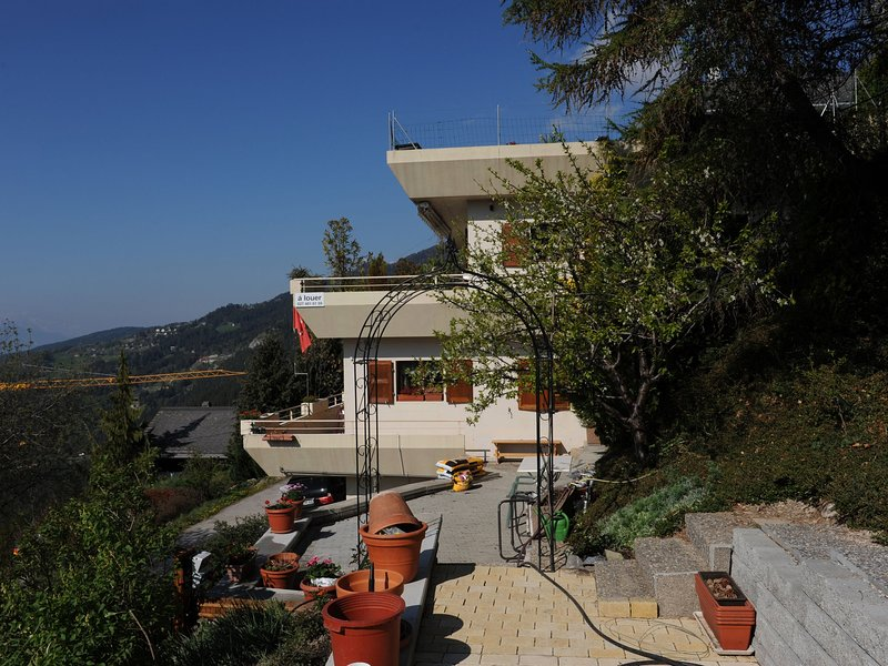 Beautifully situated house with a view of the mountain world., aluguéis de temporada em Miege