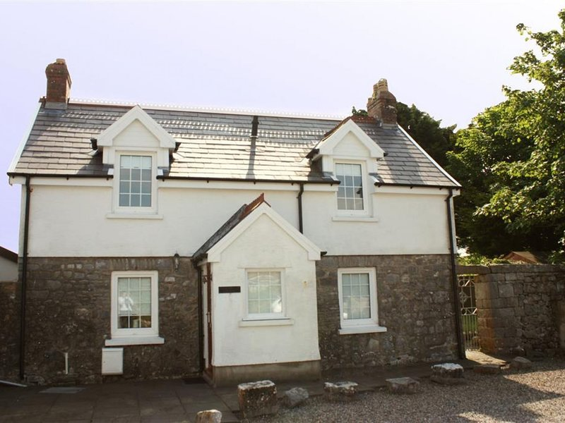 Modern Holiday Home in Lydstep with Fenced Garden, holiday rental in Manorbier