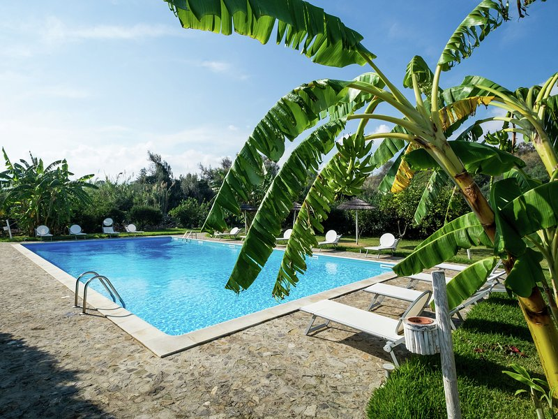 Cozy Cottage bwith Shared Swimming Pool in Santa Flavia, holiday rental in Solanto